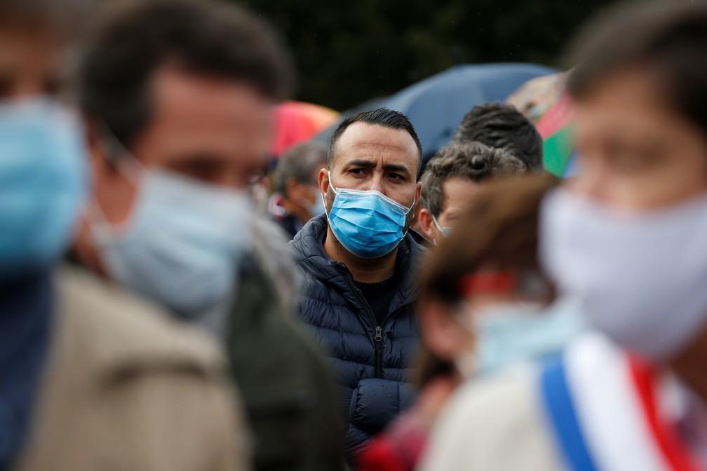 Manifestação em Lille, França, em homenagem a professor decapitado em Paris por ataque extremista — Foto: Pascal Rossignol/Reuters
