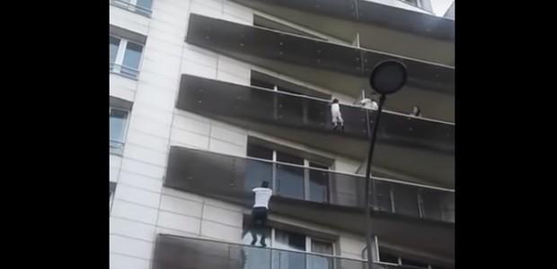 O homem subiu rapidamente até o quarto andar, escalando o edifício (Foto: Reprodução/ Youtube)