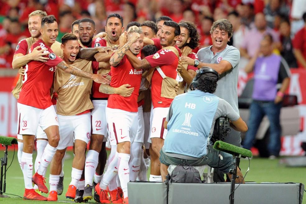 Colorados abraçam Nico López no Beira-Rio — Foto: Wesley Santos/Agência PressDigital