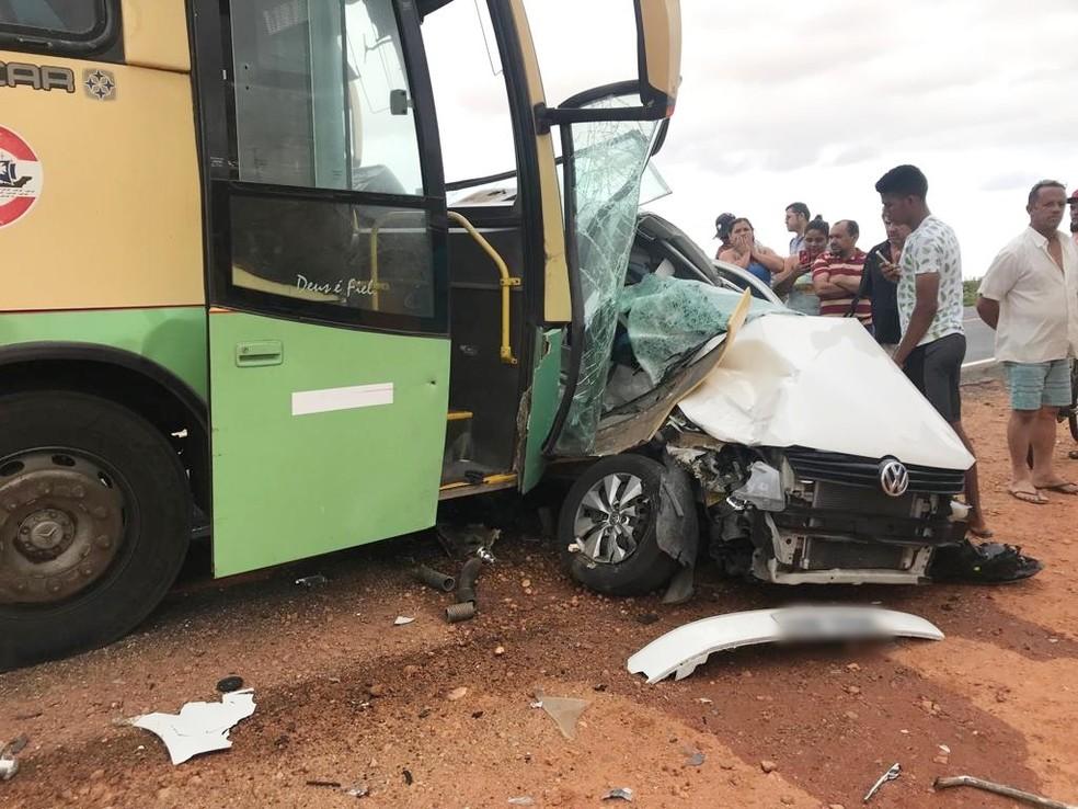 Ônibus colidiu na lateral do Gol — Foto: Redes sociais