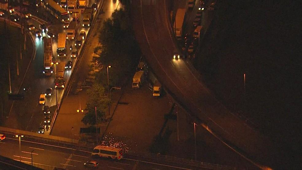 Chuva causa alagamentos e congestionamento em vias de SP — Foto: Reprodução/TV Globo