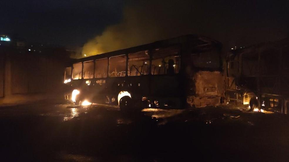Três ônibus foram incendiados na noite desta quinta-feira (3) — Foto: Divulgação/Wesley Ramon
