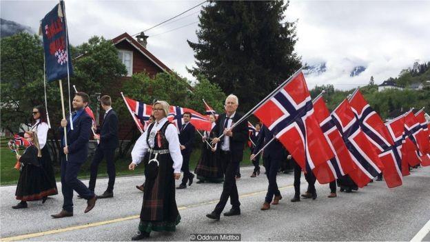 O trabalho duro do Dia na Nação, em 17 de maio, inclui a organização de desfiles e festas (Foto: Oddrun Midtbo via BBC)