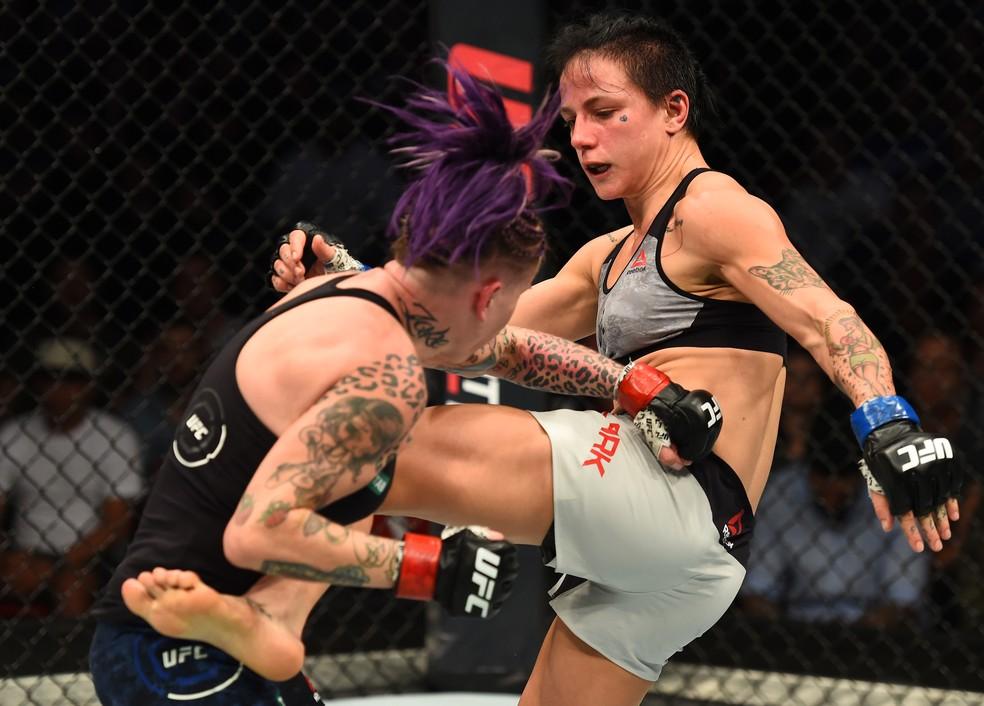 Jessica-Rose Clark acerta um chute de esquerda em Bec Rawlings na sua vitória no UFC Sydney (Foto: Getty Images)