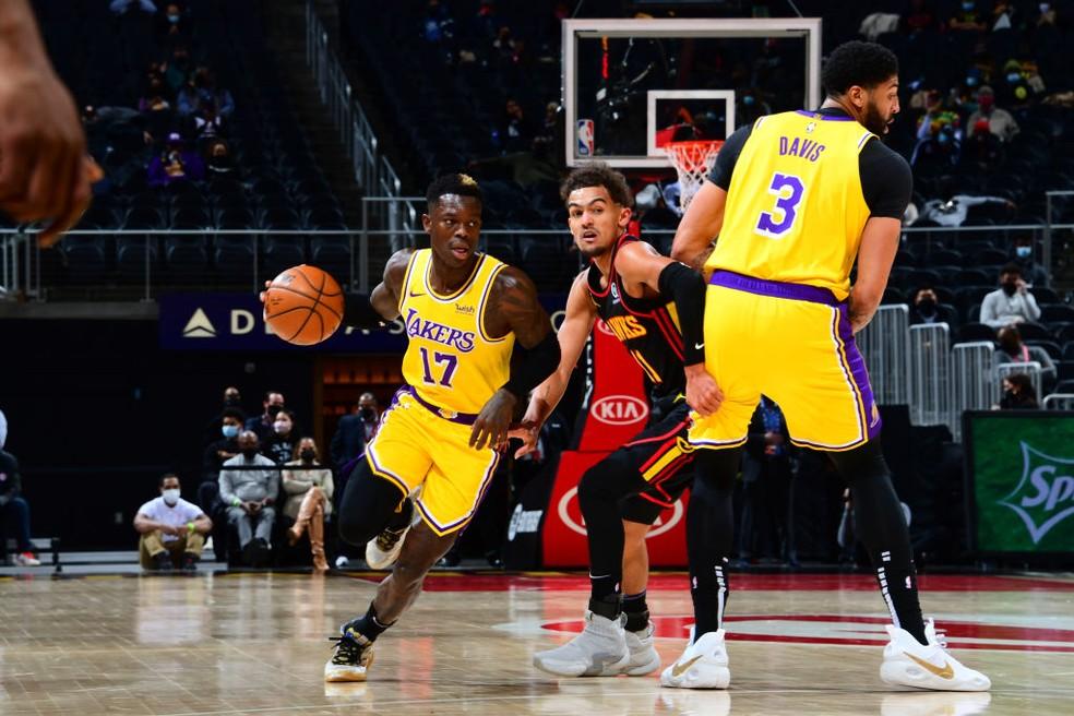 Dennis Schroder tenta levar os Lakers ao ataque — Foto: Scott Cunningham/NBAE