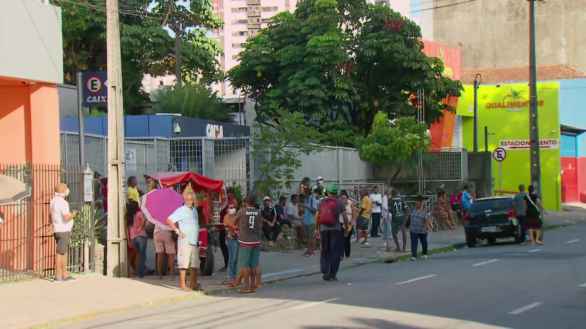 Auxílio emergencial: agências da Caixa têm mais um dia de filas extensas no Grande Recife