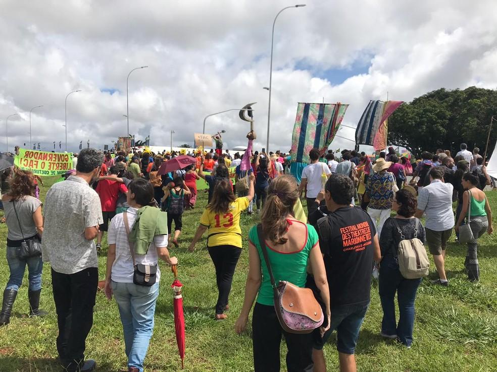 Agentes da cultura fazem protesto no DF pela garantia e manutenção do Fundo de Apoio à Cultura (FAC) — Foto: Luiza Garonce/G1