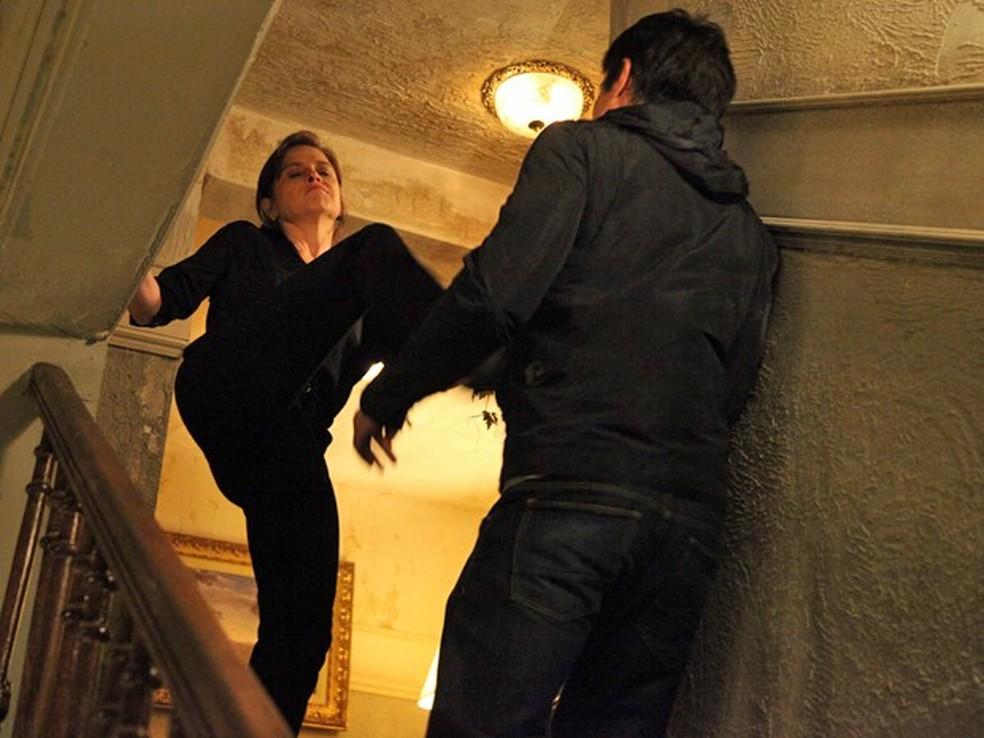 Cora (Drica Moraes) empurra Fernando (Erom Cordeiro) da escada - 'Império' — Foto: Carol Caminha/Globo