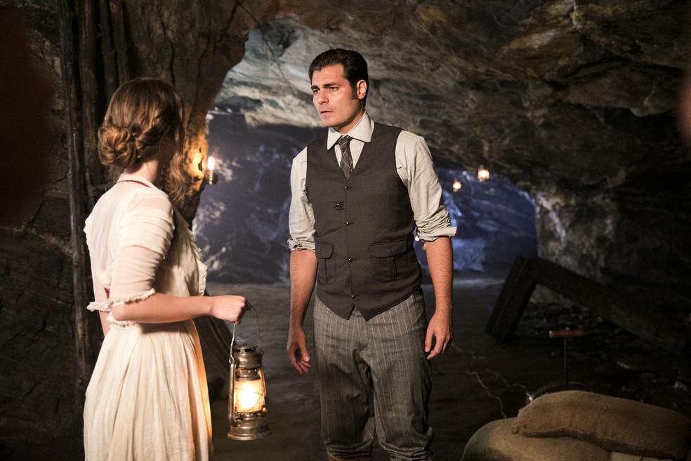Elisabeta e Darcy estão tendo uma conversa difícil sobre relacionamento  (Foto: João Miguel Júnior/TV Globo)