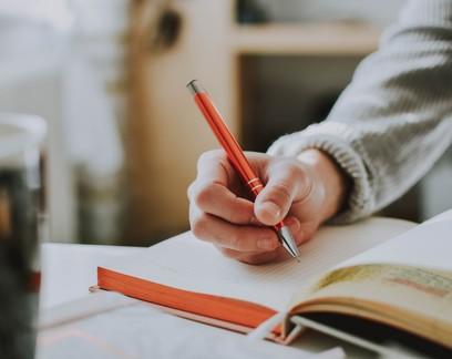 Por que escrever à mão torna crianças (e adultos) mais inteligentes