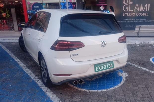 Golf GTE foi clicado enquanto abastecia em um ponto de recarga (Foto: Vitorio Junior/Autoesporte)