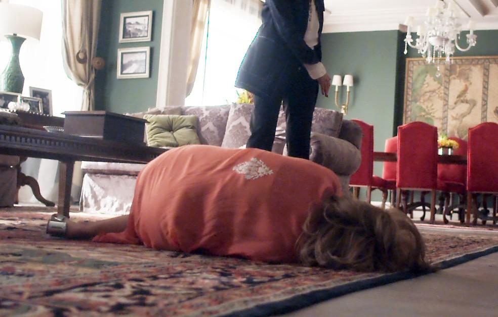 Cora vai ao chão com a força de Kiki 😱  (Foto: TV Globo)