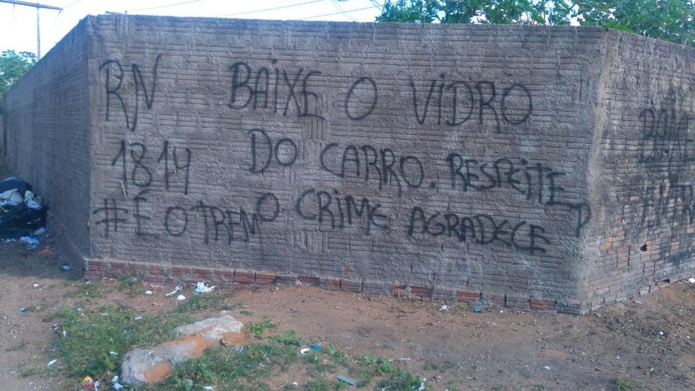 Pichação em muro dá ordem para motoristas baixarem os vidros dos carros ao passarem por bairro de Natal: 'o crime agradece' (Foto: Divulgação/ PM)