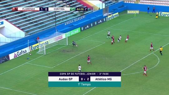 Igor ajeita para Luizinho bater, mas Yago salva o Flamenho, aos 45' do 2º tempo