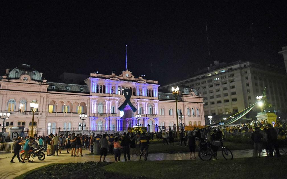 Fãs de Maradona se reúnem à frente do palácio presidencial da Casa Rosada em Buenos Aires — Foto: Martin Villar/Reuters