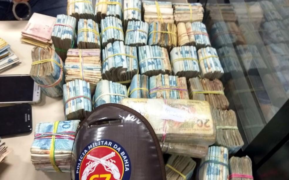 Polícia apreendeu R$ 364 mil com dupla em Feira de Santana — Foto: Divulgação/SSP