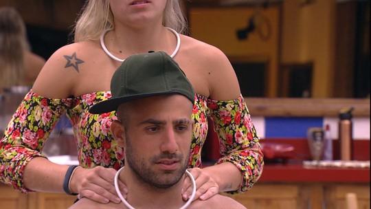 Jéssica elogia Kaysar após desafio e faz massagem no brother