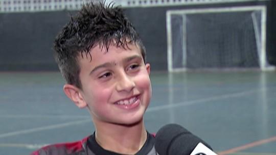 Influenciado pelo avô, mogiano de oito anos é aprovado em teste para jogar no futsal do Benfica