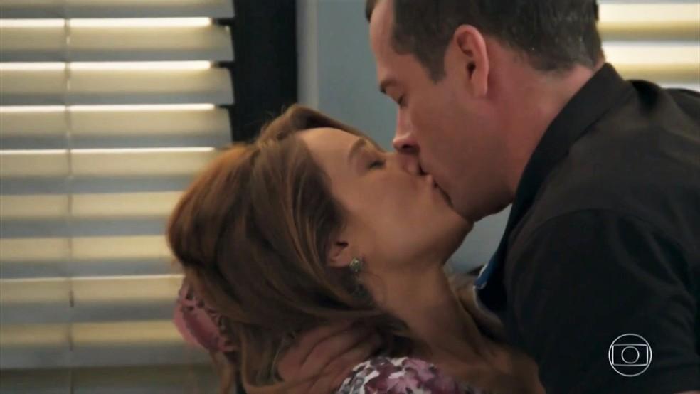 Apolo (Malvino Salvador) e Tancinha (Mariana Ximenes) se beijam - 'Haja Coração' — Foto: Globo