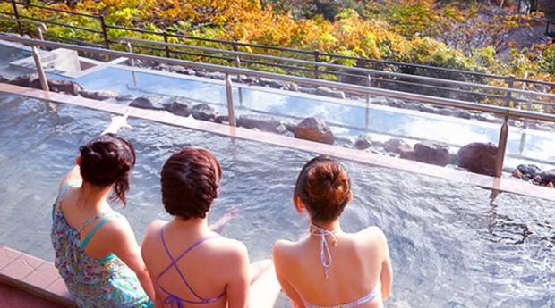 O spa tem um espaço para banho ao ar livre (Foto: Divulgação)