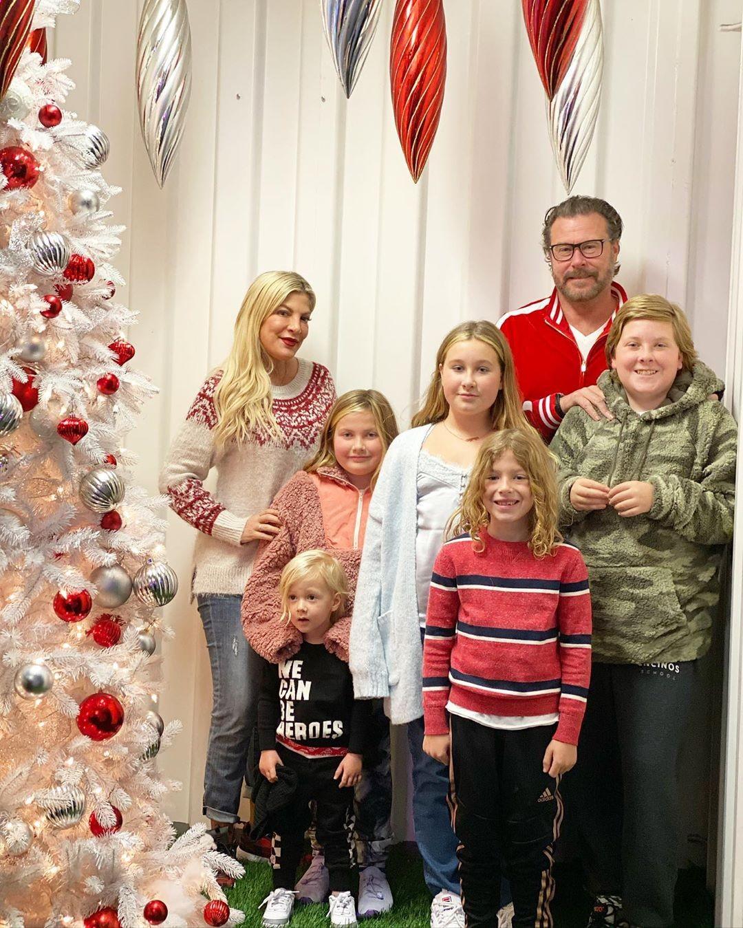 Tori Spelling, Dean McDermott e seus filhos: Liam, Stella, Hattie, Finn e Beau (Foto: Reprodução / Instagram)