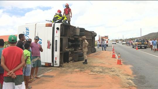 Em alta velocidade, ônibus com crianças tomba na BR-230 em Gurinhém, PB