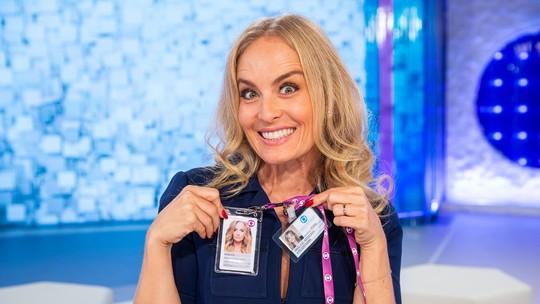 Angélica posa com o primeiro crachá e o atual na Globo nos bastidores do 'Simples Assim'