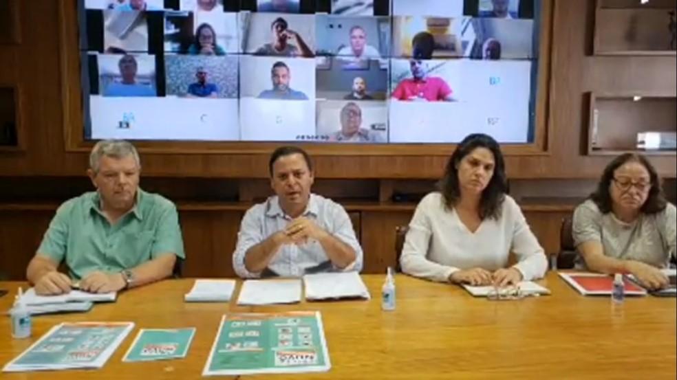 Prefeito de Niterói, Rodrigo Neves, em coletiva pela internet sobre coronavírus — Foto: Repdrodução/Internet
