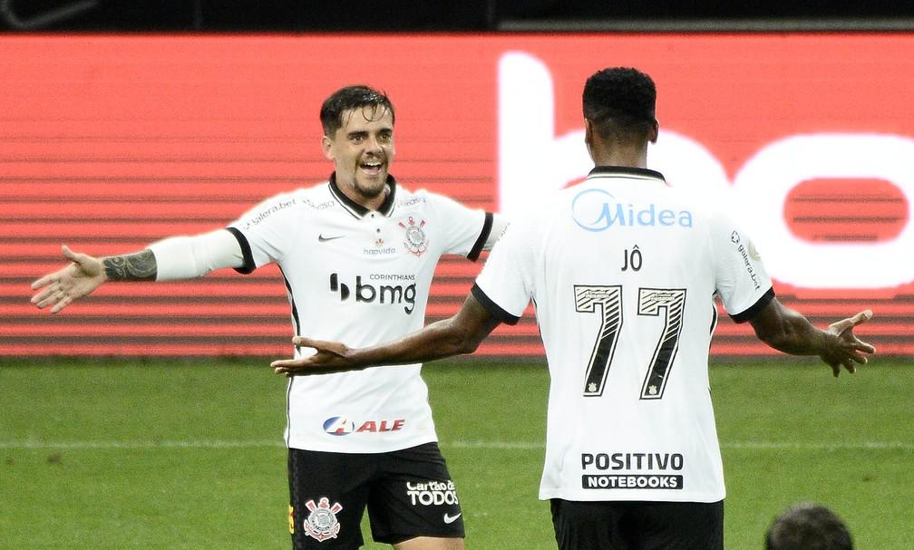 Fagner e Jô comemoram o gold o Corinthians — Foto: Marcos Ribolli