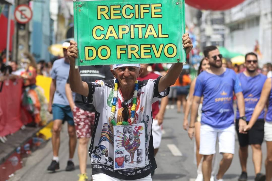 Folião declara amor por Recife em fantasia para o carnaval