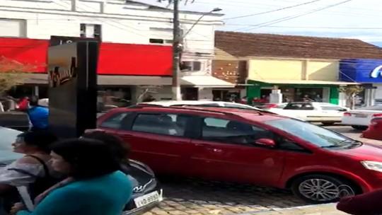 Menina de sete anos teria sido deixada dentro de carro pela mãe