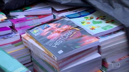 Livros didáticos novos são triturados para depois virar papel higiênico