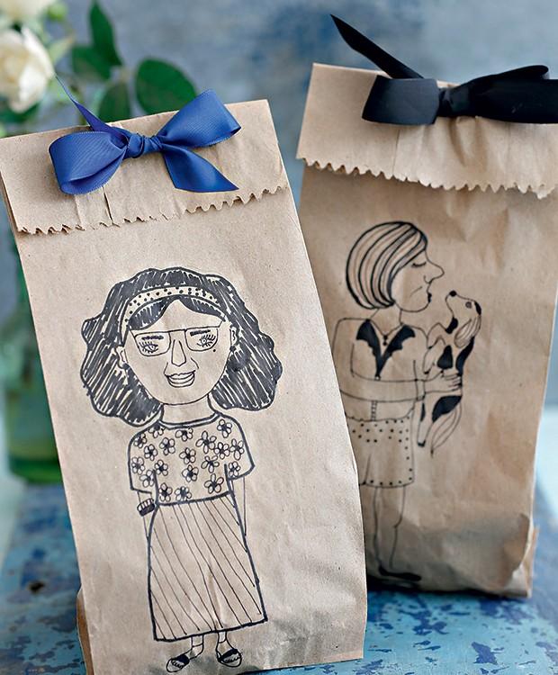 Saquinhos de papel personalizados coma caricatura do presenteado. Não tem dotes de desenhista? Convoque o artista da família para ajudar! (Foto: Elisa Correa/Editora Globo)