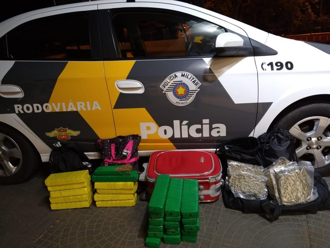 Trio esconde mais de 28 quilos de drogas em mochilas e malas e é flagrado pela polícia
