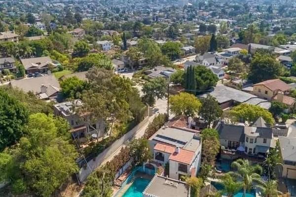A mansão colocada à venda pelo ator Leonardo DiCaprio com a cidade de Los Angeles ao fundo (Foto: Divulgação)