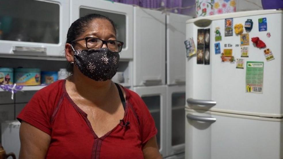 Chorando, Lindinalva disse que vivia com fartura antes da pandemia, mas hoje precisa escolher entre pagar as contas e comprar o gás — Foto: FELIX LIMA/ BBC NEWS BRASIL