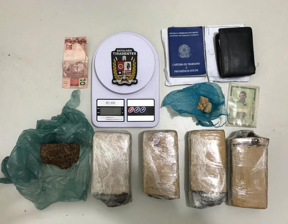 Porção de crack e maconha apreendidos pela Polícia Militar — Foto: Divulgação/Polícia Militar