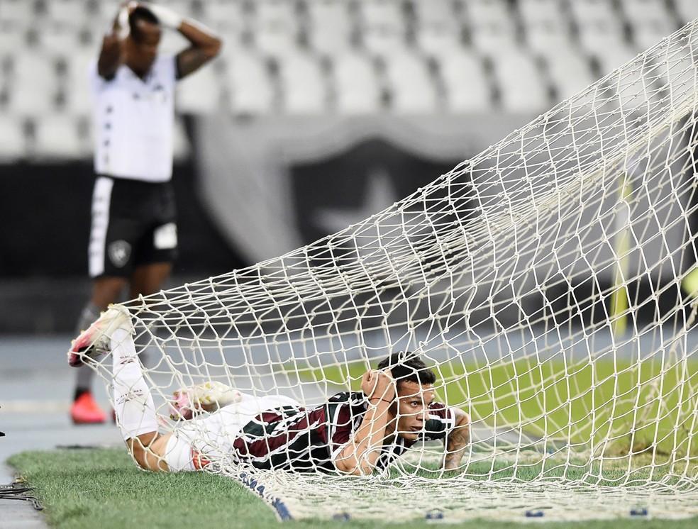 """Calegari trocou de lugar com a bola e foi parar no fundo da rede após """"gol"""" — Foto: André Durão"""