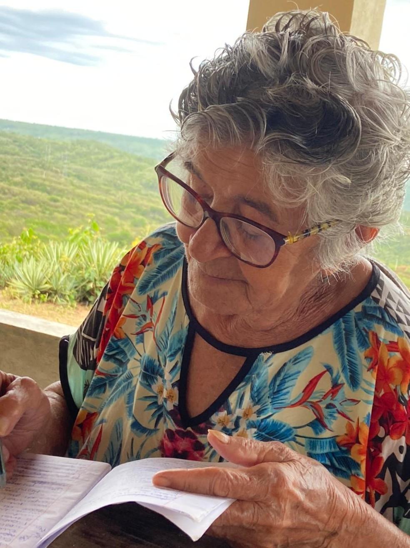 """Dona Teresinha já definiu o título do livro: """"Educação por Amor - Minha história"""" — Foto: Arquivo da família"""