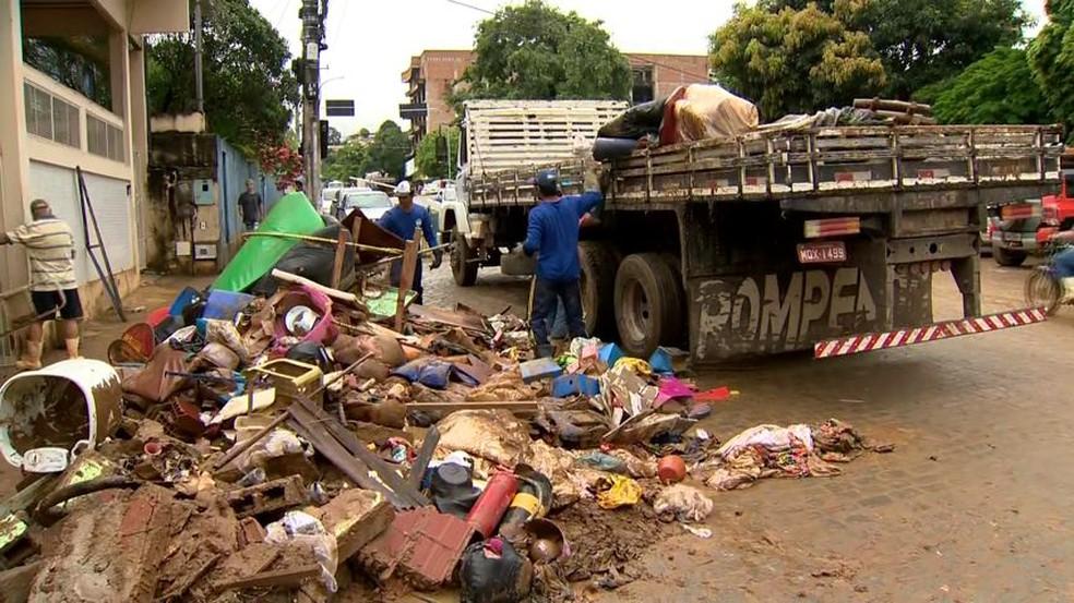 Materiais escolares, brinquedos e outros produtos foram completamente estragados pela lama em creche em Iconha — Foto: Reprodução/TV Gazeta