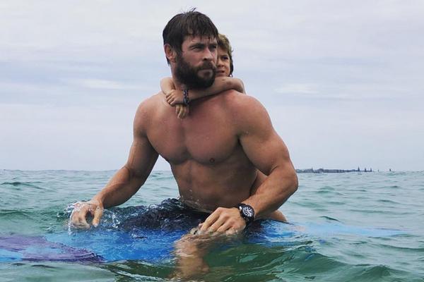 O ator Chris Hemsworth pegando onda na companhia da filha de cinco anos (Foto: Instagram)