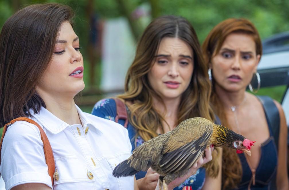 """Alexia (Deborah Secco), Kyra (Vitória Strada) e Luna (Juliana Paiva) em cena de """"Salve-se quem puder"""" — Foto: Paulo Belote/Globo"""