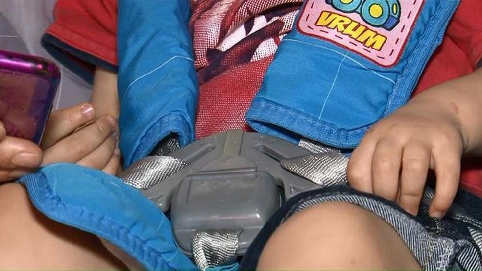 Cadeirinha presa ao banco do ônibus evitou que Antônio, de dois anos, fosse arremessado (Foto: Reprodução/RPC)