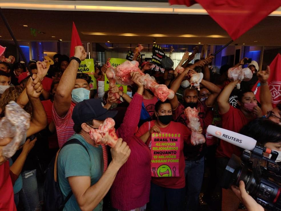 Manifestantes em frente ao prédio da B3, no Centro da cidade de SP — Foto: Vivian Reis/g1