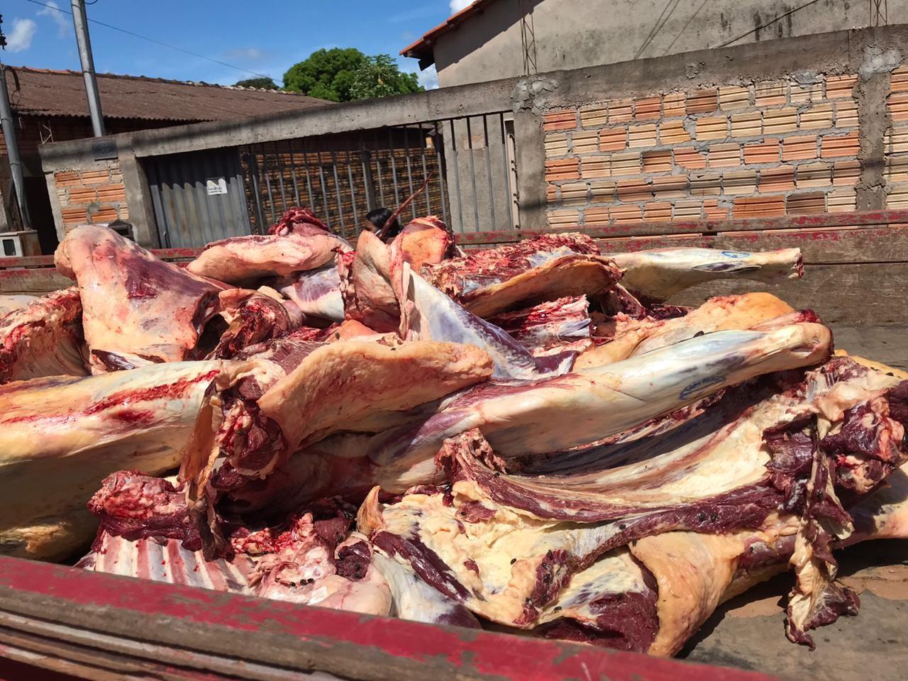 Carne com moscas varejeiras e fezes é apreendida durante entrega em supermercado em MT