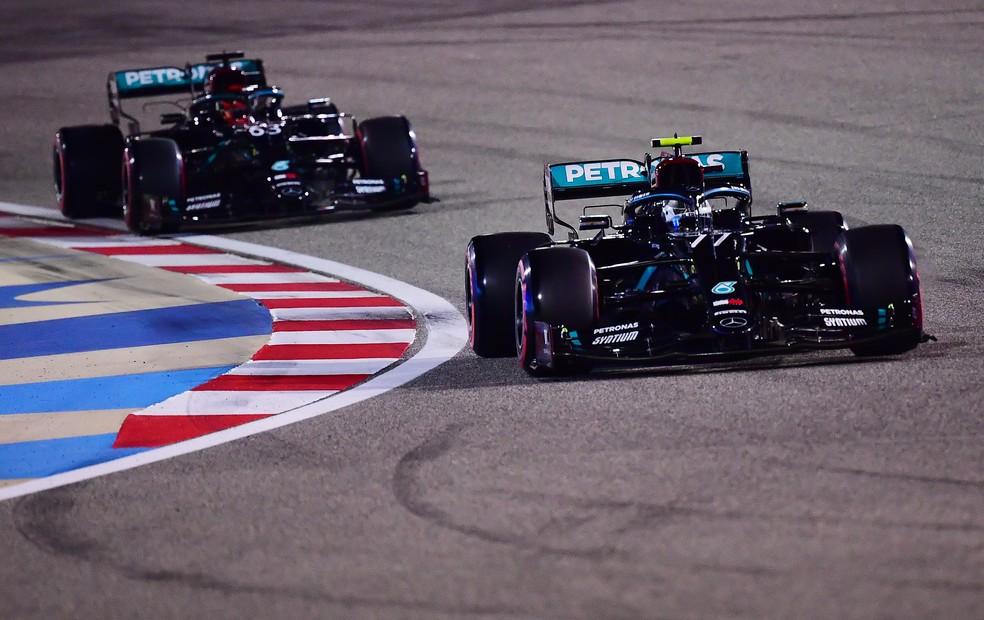 Bottas à frente de Russell na classificação do GP de Sakhir — Foto: Getty Images