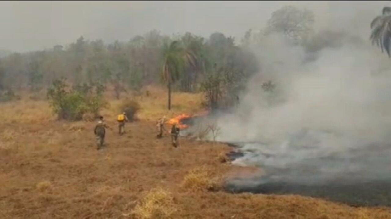 Bombeiros trabalham para apagar chamas na Serra do Amolar, MT