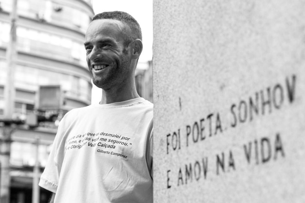 Gilberto Camporez ao lado da estátua de Álvares de Azevedo, no Largo São Francisco, local onde vive há treze anos (Foto: Celso Tavares/G1)