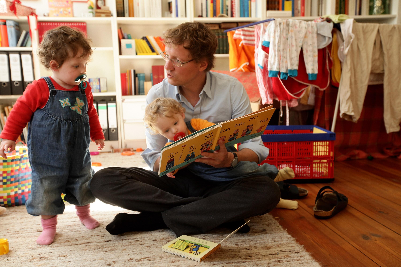 Pai brinca com os filhos durante licença-paternidade  (Foto: Getty Images/Sean Gallup )