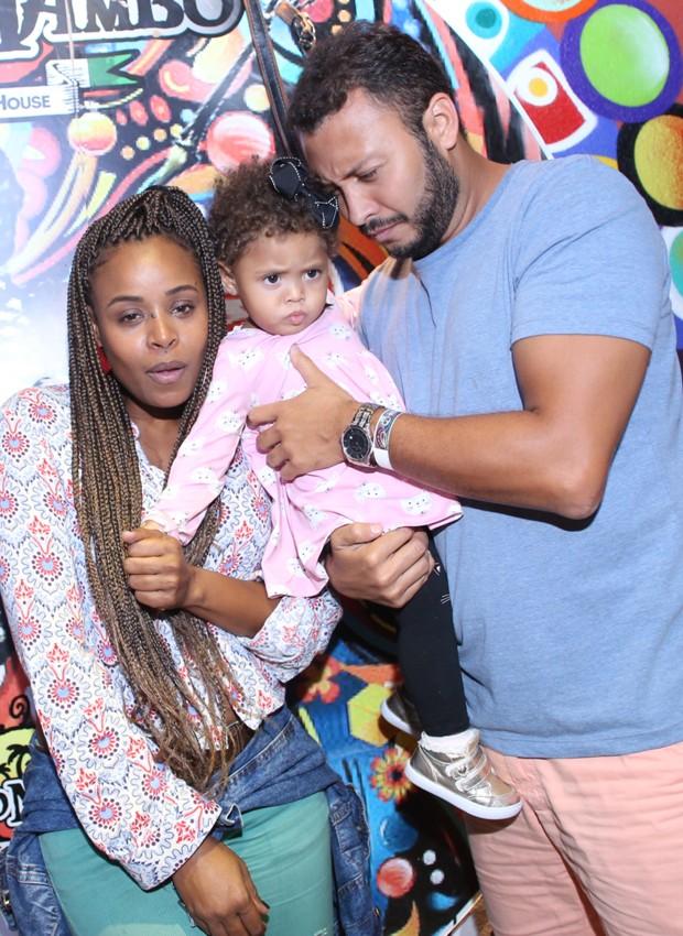 Roberta Rodrigues e o marido, Guilherme, e a filha, Linda Flor, (Foto: Anderson Borde/AgNews)